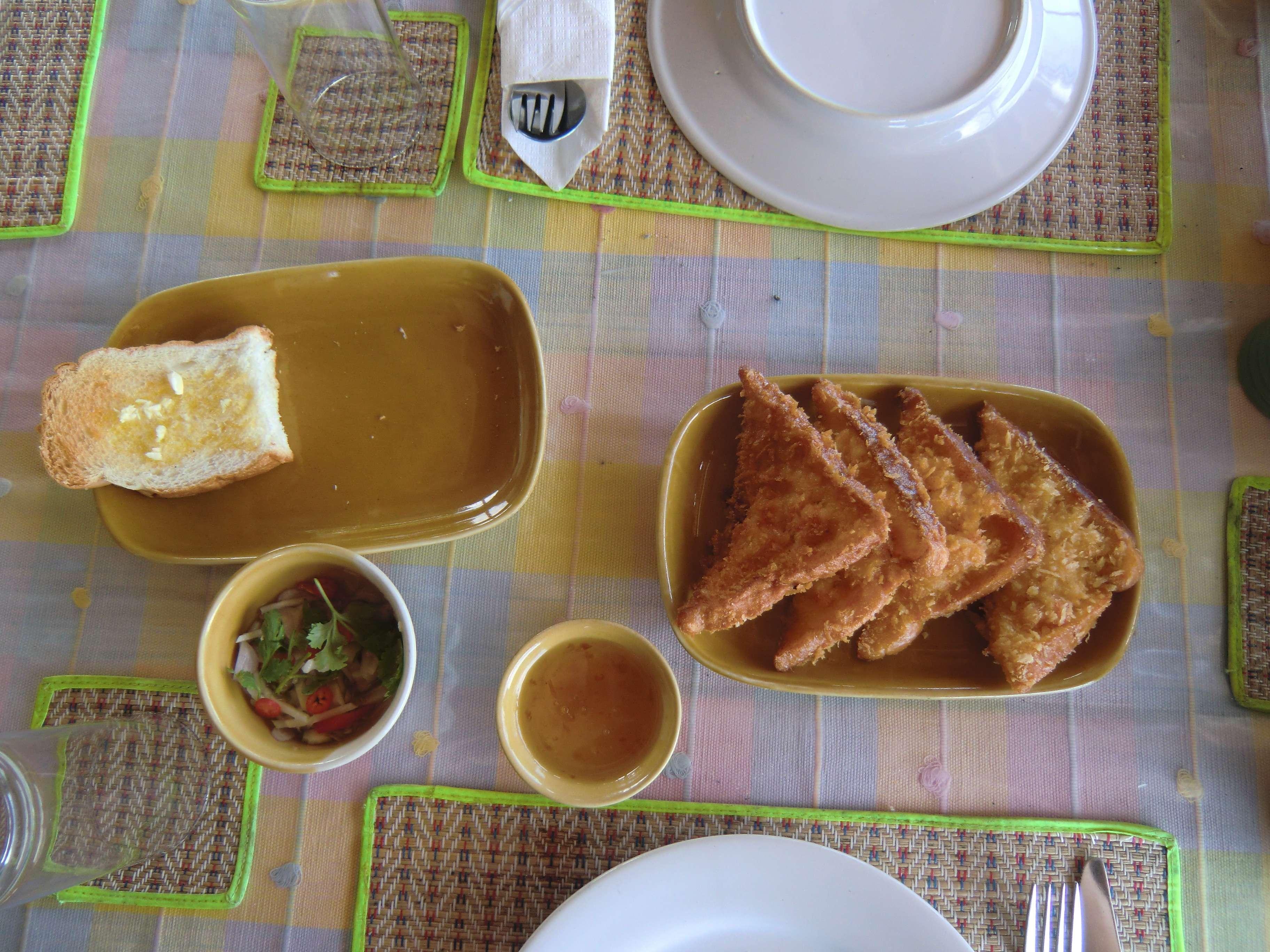 links: Knoblauchbrot, rechts: überbackenes Toast mit Shrimps & Kräutern